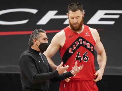 Scariolo da instrucciones a Baynes durante el partido Toronto-Houston.