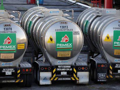 Camiones de transporte de gasolina de Pemex, cerca de Monterrey.