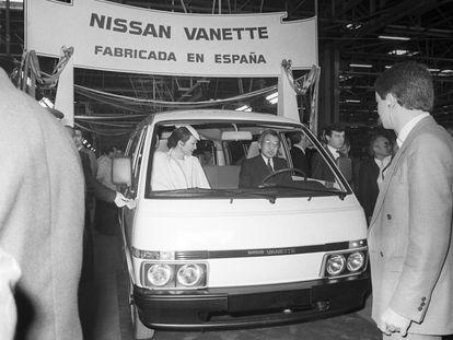 Los príncipes herederos de Japón, Akhito y Michiko, subieron a un vehículo tipo Nisan Vanette, en la fábrica de Motor Ibérica en Barcelona.