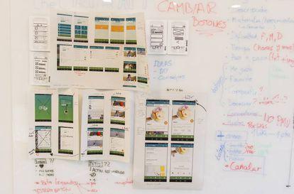 Detalles de la sala donde 10 becarios han desarrollado una app del reciclaje y un cubo de basura inteligente.