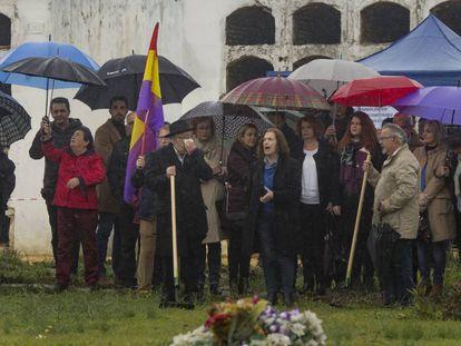 Familiares de las víctimas, en la apertura de la fosa Pico Reja de Sevilla.