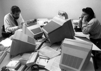 Puestos de trabajo informatizados en una oficina en Madrid en 1990.