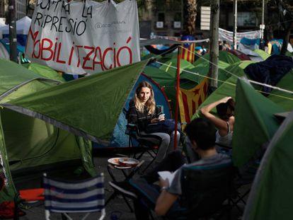 Jóvenes acampados en plaza Universitat, este sábado.
