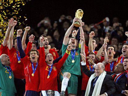 La selección festeja el triunfo de la primera Copa del Mundo de España, celebrada en Sudáfrica, tras vencer en la final a Holanda.