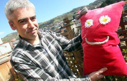 Jokin Oregi posa con uno de sus personajes en la terraza de su casa en Bilbao.