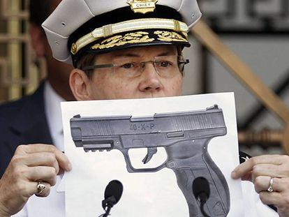 La jefa policial Kim Jacobs enseña una fotografía del tipo de arma de balines.