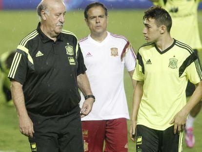 Munir conversa con Del Bosque en un entrenamiento de la selección.