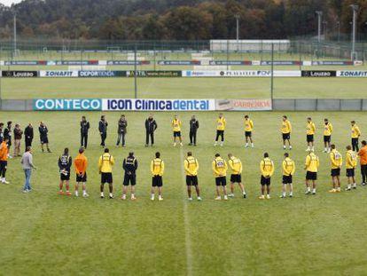 Los jugadores del Deportivo guardan un minuto de silencio por el ultra fallecido en el entrenamiento de ayer.