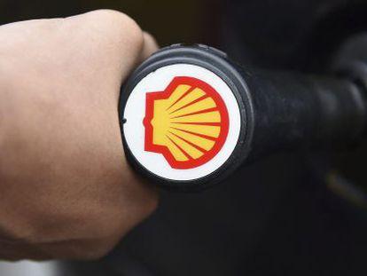 Vista del logotipo de Royal Dutch Shell en una gasolinera.