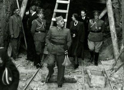 Visita de Franco y Carmen Polo a las obras del Valle de los Caídos, en 1940.