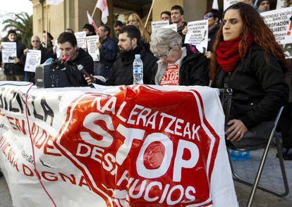 Representantes de la asociación Stop Desahucios de San Sebastián. (Archivo)