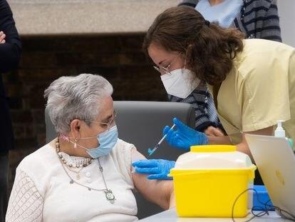 Una sanitaria administra la tercera dosis de la vacuna de Pfizer a una mujer, el 21 de septiembre en una residencia de Santiago de Compostela.