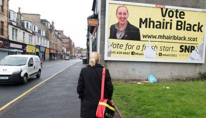 Mhairi Black, candidata del Partido Nacionalista Escocés (SNP), contempla un cartel electoral con su imagen en Paisley.