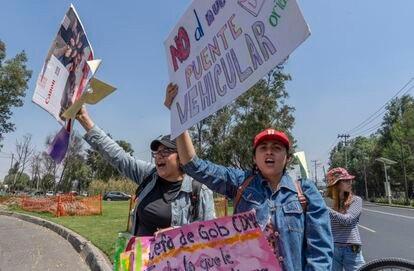 Un grupo de manifestantes bloquea Periférico a la altura de las obras.