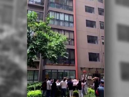 El rescate a una niña de cinco años que colgaba de la ventana de un decimotercero piso en China