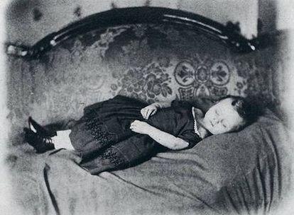Para crear la fantasía de que el difunto dormía o estaba vivo, se le sentaba en su sillón favorito