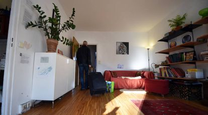 Una persona abandona el apartamento que alquiló a través de Airbnb, en Berlín en 2014.
