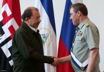 Ortega saluda al jefe del Estado Mayor ruso, el general Gerasimov