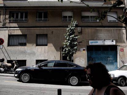 Una mujer pasa ante el edificio donde vivía la víctima en L'Hospitalet.