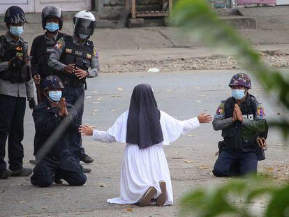 Una monja suplica a la policía que no haga daño a los manifestantes, en la ciudad birmana de Myitkyina, el lunes.