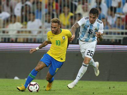 Neymar se deshace de la marca de Saravia durante el partido.