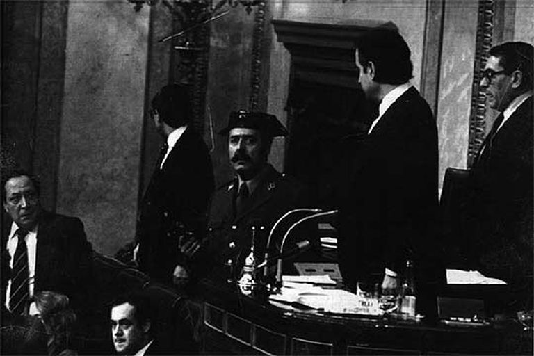 Tejero, en el Congreso, el 23 de febrero de 1981. A la derecha del golpista, Landelino Lavilla y el Modesto Fraile. Abajo a la derecha, José Bono.