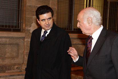 El ex presidente balear junto a su abogado tras acabar de declarar ante el juez a medianoche.