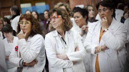 Trabajadores del hospital barcelonés del Vall d'Hebron durante una protesta por los recortes en la sanidad catalana.