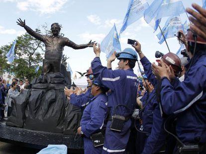 Un grupo de mineros descubre una estatua de bronce del expresidente argentino Néstor Kirchner ante el edificio del Congreso en Buenos Aires.
