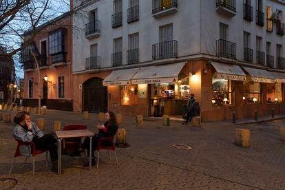 Veladores de bares en la Alameda de Hércules, en Sevilla.