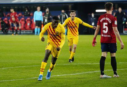Ilaix Moriba celebra su gol, el segundo del Barcelona en Pamplona.