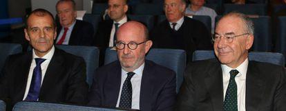 Emilio Saracho (centro) en la reunión de este lunes del consejo de administración del Banco Popular