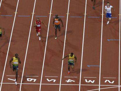 Bolt celebra su victoria en los 200m tirándose el índice a la boca.