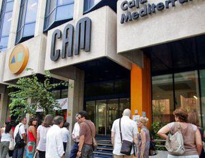 Concentración de trabajadores ante las oficinas de la CAM en Alicante el pasado verano.