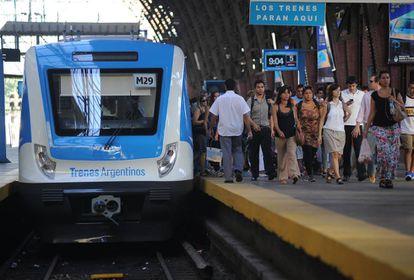 Una formación cero kilómetro llega a la estación Retiro en Buenos Aires, en febrero de 2015.