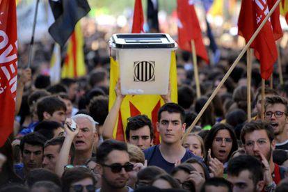 Una de las urnas utilizada en el referéndum ilegal del 1-O en la manifestación de este lunes en Barcelona.