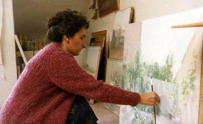 María Moreno, pintando en su estudio en una imagen si datar.