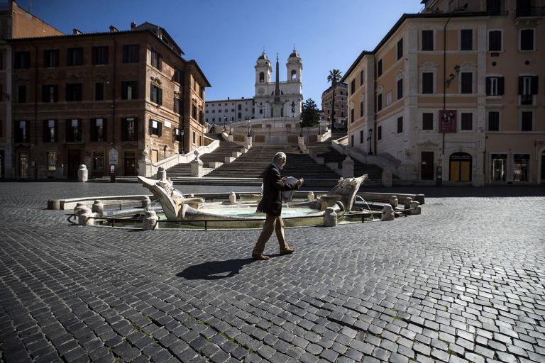Un hombre camina por la plaza de España, en Roma, este domingo.