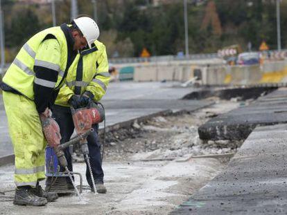 Dos operarios trabajan en Hernani en las obras de ampliación de la Autovía del Urumea.
