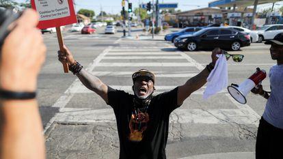 Un hombre celebra el veredicto del 'caso Floyd' en las calles de Los Ángeles, California, este martes.