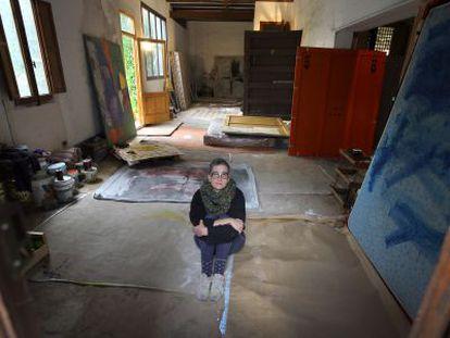 Aquella planta baixa és la quadra d'una vella casa de poble, que Rebeca s'ha mig condicionat. L'Ajuntament li l'ha cedida, a canvi d'obra de l'artista.