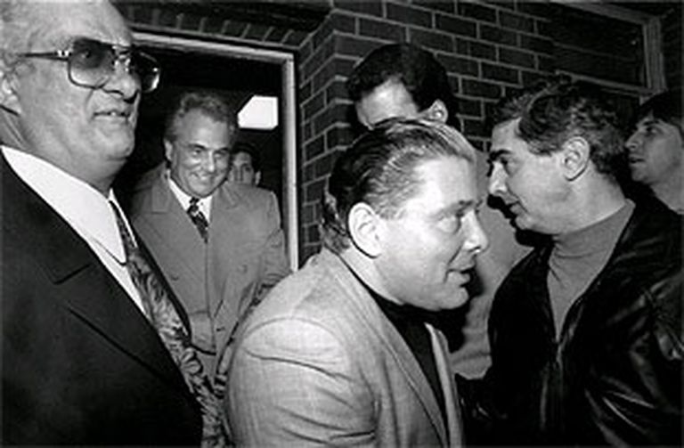Sammy Gravano (Centre) et John Gotti quittent un club de New York.