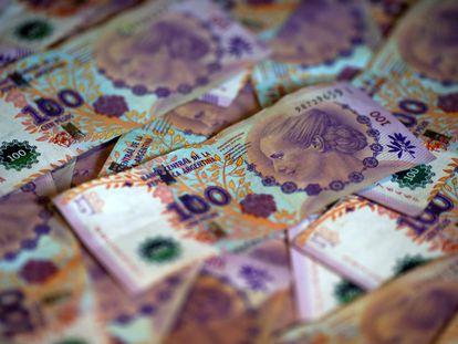 Imagen de archivo de billetes de 100 pesos argentinos.