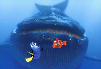 Dory se comunica en balleno con una ballena, mientras Marlin, padre de Nemo, la mira escéptico. Qué atrevida es la ignorancia.