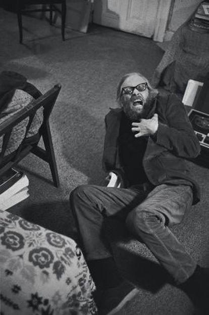 El artista Harry Everett Smith, habitante del Chelsea Hotel, haciendo el tonto