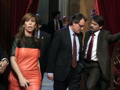 Alicia Sánchez Camacho pasa por delante del presidente de la Generalitat Artur Mas que conversa con Oriol Pujol, durante el pleno del Parlament.