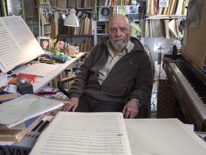 El compositor Luis de Pablo, rodeado de sus partituras en su casa de Madrid.