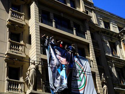 Abogados cuelgan un retrato de Ebru Timtik en la fachada del Colegio de Abogados de Estambul, en agosto.