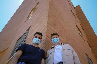 Oscar Zafra, 18 years old (left), with his friend Daniel Cáceres, 17, in Avenida del Hospital de Fuenlabrada