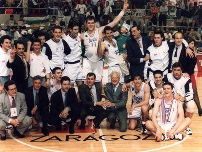 La plantilla y los directivos del Madrid, con Zeljko Obradovic y Ramón Mendoza en el centro con el trofeo, celebran la Copa de Europa de 1995.